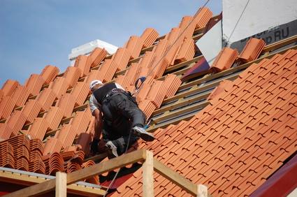 Pose de tuiles sur une toiture