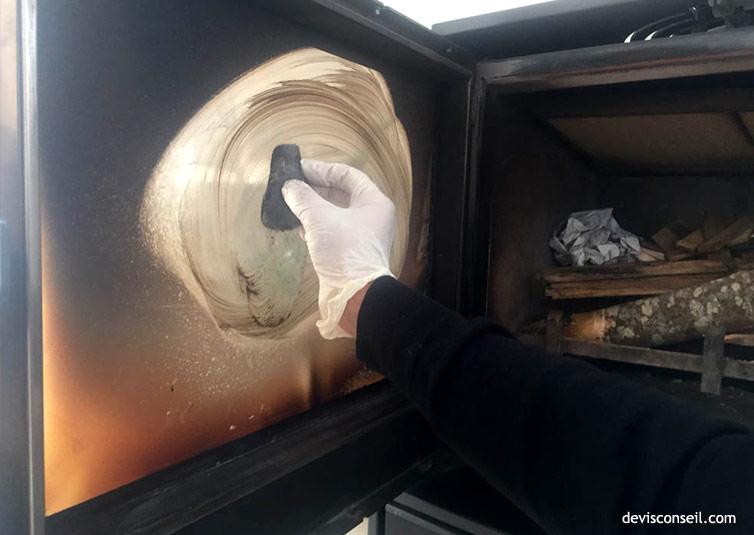 Frotter avec tampon laine d'acier - Nettoyer la vitre poêle ou cheminée