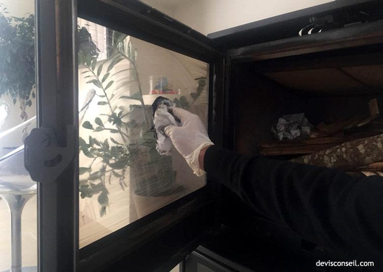 Absorber avec du papier - Nettoyer la vitre poêle ou cheminée